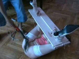 Fixierte Sklavin Christina wird abgegriffen und ausgepeitscht